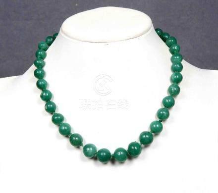 Antigua gargantilla de cuentas de jade verde, con broche en