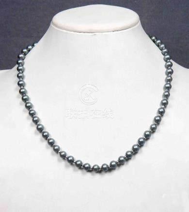 Collar de perlas grises con broche en plateado.