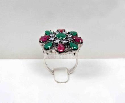 Sortija de rubíes y esmeraldas, en montura de plata.