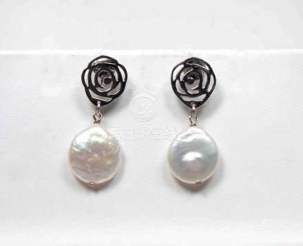 Pendientes de perlas cultivadas de agua dulce en montura de