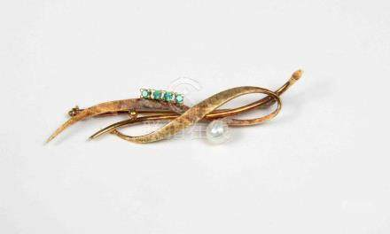 Broche de perla y esmeraldas, en montura de oro.