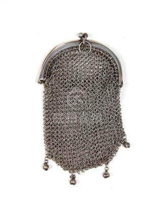 Antiguo bolsito de malla en plata. Med.: 9,5x6 cm.