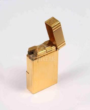 Mechero de la firma DUPONT, chapado en oro, numerado y graba