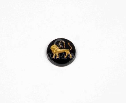 Ónix circular decorado con signo de Leo en oro.