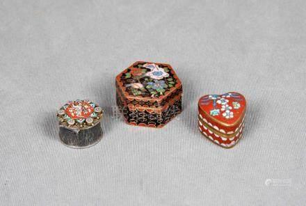 Lote formado por tres cajitas esmaltadas, decoradas con moti