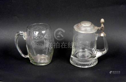 Lote formado por dos jarras en cristal, una alemana para cer