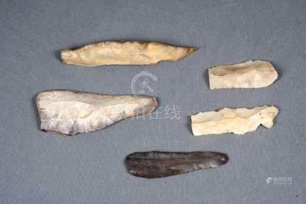 Lote formado por cinco cuchillos en sílex, periodo post-near