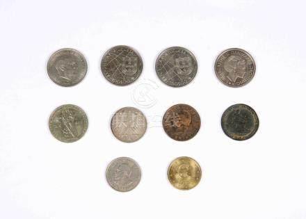 Lote formado por diez monedas de varios países y diferentes