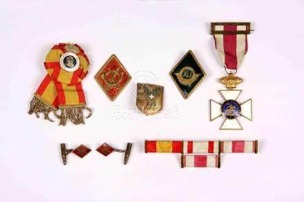Lote formado por ocho piezas militares entre condecoraciones
