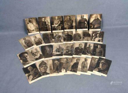 JALÓN, ÁNGEL. Treinta tarjetas postales con militares de la