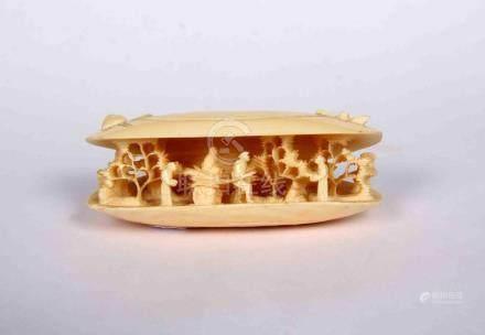 Miniatura en marfil tallado, representando una venera con pu