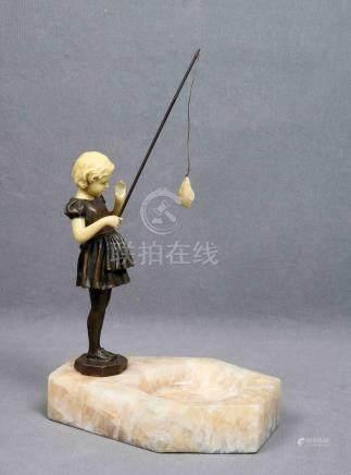 """PREISS. """"Pescadora"""". Escultura en bronce y símil baquelita,"""