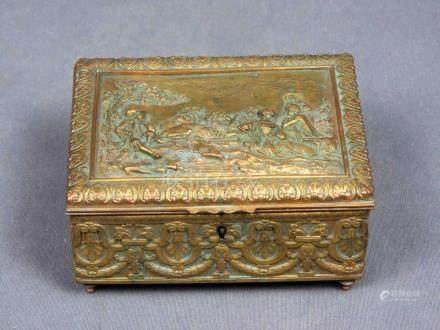 Caja francesa, época 1900, en bronce dorado con decoración d