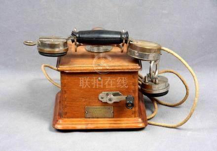 Teléfono francés, circa 1900, en madera de roble con manivel