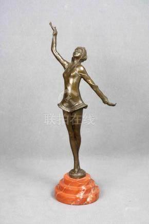 Figura de bailarina en bronce sobre base de mármol rojo. Alt