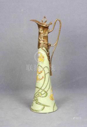 Jarra modernista en cerámica y bronce, con decoración floral