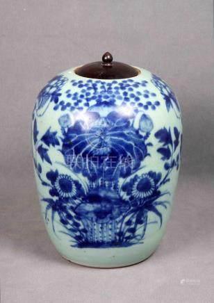 Antiguo tibor chino en cerámica blanca azulada, con decoraci
