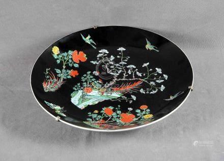 Gran plato chino en porcelana, familia negra, con decoración