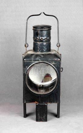 Farol de tren antiguo en hierro policromado. Med.: 50x20x18