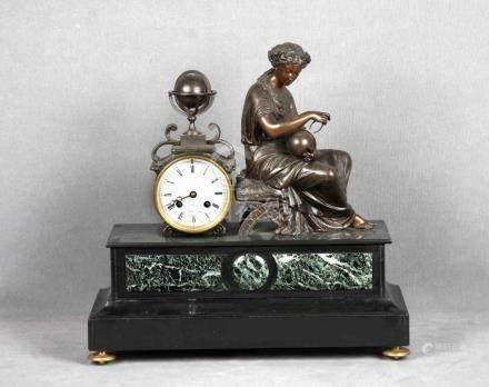 Reloj francés en calamina con pátina de bronce y mármol, épo