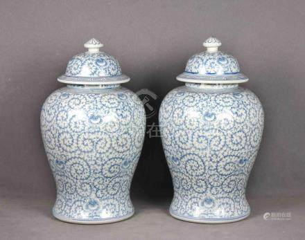 Pareja de tibores chinos en cerámica blanca con decoraciones