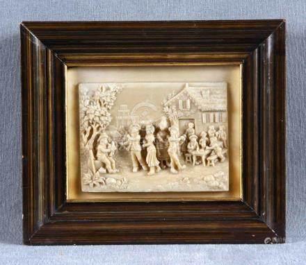 Miniatura en placa de marmolina representando escenas, con m