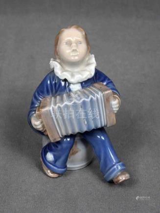 Figura de niño con acordeón en porcelana ROYAL COPENHAGEN. M