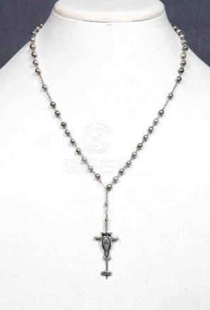 Antiguo rosario con cuentas y crucifijo en plata.