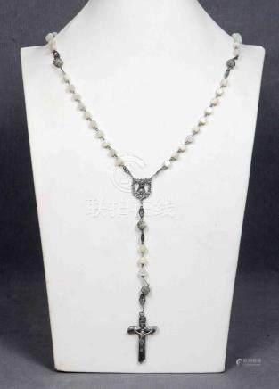 Antiguo rosario con cuentas de perlas y plata.