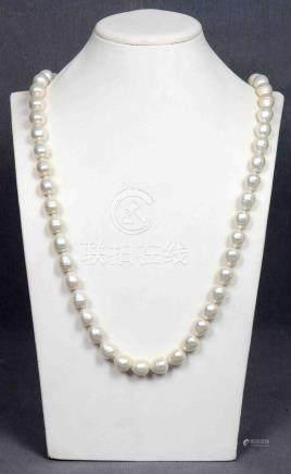 Collar largo con 58 perlas barrocas tipo pera, de gran tamañ
