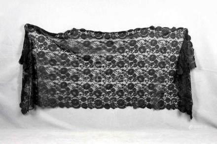 Antigua mantilla negra de encaje con flores. Med.: 65x175 cm