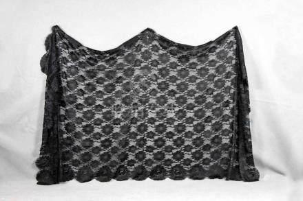 Antigua mantilla negra de encaje con flores. Med.: 95x185 cm