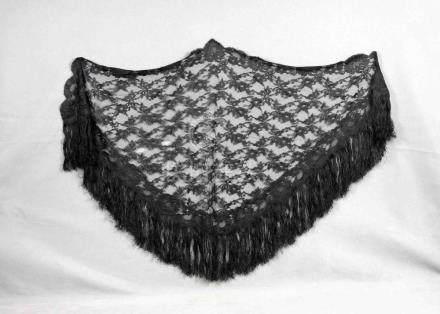 Antiguo mantoncillo negra de encaje con flores y flecos. Med