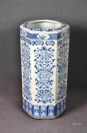 Paragüero en porcelana china policromada, en forma hexagonal