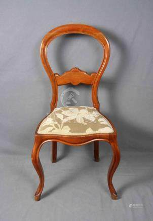 Silla isabelina en madera noble tallada, y tapicería adamasc