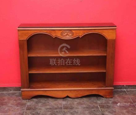 Mueble librería en madera noble tallada, con tapa en cristal