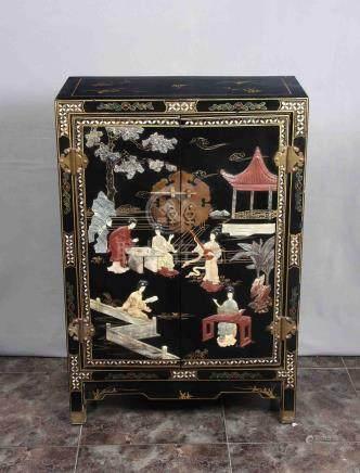 Mueble chino en madera lacada en negro, con decoración de ge