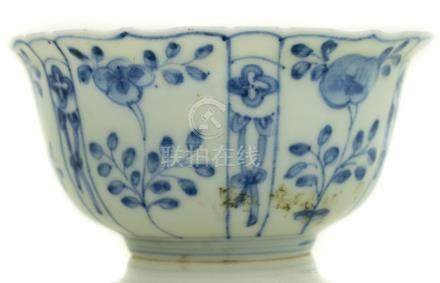 Bowl with flowers and birds decoration, China. H cm 7,5, cm 6x15