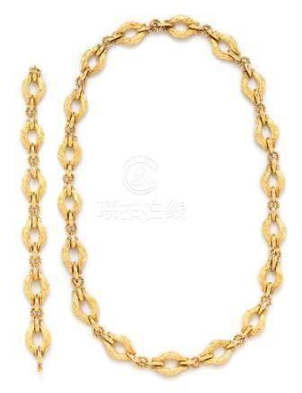 An 18 Karat Yellow Gold Convertible Longchain