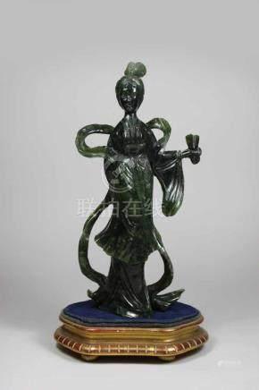 Frauenfigur, Nephritschnitzerei, China 20. Jh.(?), mit umspielendem Gewand, eine Hand