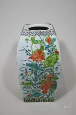 Deckelvase, China Anfang 20. Jh, Deckel fehlt, vier verschiedene Pflanzenmotive, Glasur stellenweise
