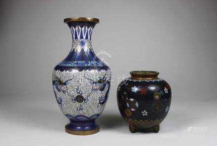 Vase und Gefäß, China, 19. Jh., Cloisonne, eine Vase balusterförmig mit Drachenmotiv, Beule an