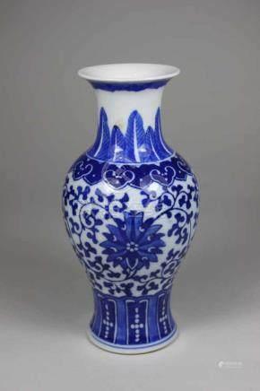 Kleine Vase, China 2. Hälfte 20. Jh., balusterförmig, blau-weißer Blumendekor, H.: 16,5 cm.
