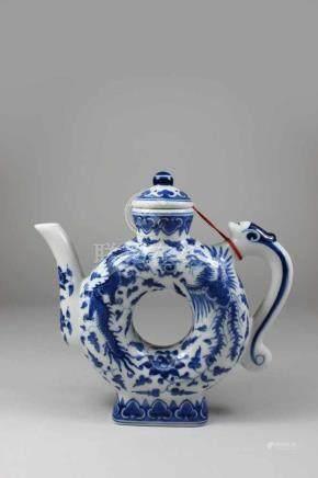 Kanne, blau-weiß, mit Drachen und Phoenixdarstellung, China, 20. Jh., blaue Bodenmarke unter Glasur,