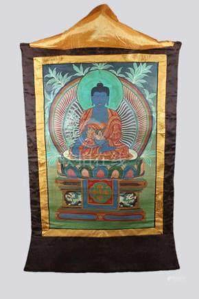 Thangka, China um 1900, Buddha-Darstellung mit nach unten herabfallendem Handgestus, Fassung