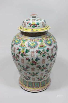 Deckelvase, China um 1900(?), Famille rose, Blumen- und Fruchtdekor, Goldabrieb, H.: 43 cm.