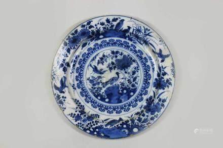 Großer Teller, China 19. Jh., blau weiß mit Vogelmotiv, gebrochen u. restauriert, Rand bestoßen,