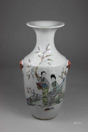 Vase, China, 20. Jh., Gartenszene, seitlich dekorative Handhaben, rückseitig beschrieben,
