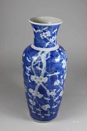 Vase, China, 19. Jh., blau-weiß, Kirchblütendekor, blaue Doppelring Bodenmarke unter Glasur, Chip an