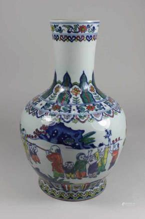 Vase, China, Motiv spielender Kinder, Dekor blau unter Glasur mit polychromer Kolorierung, blaue